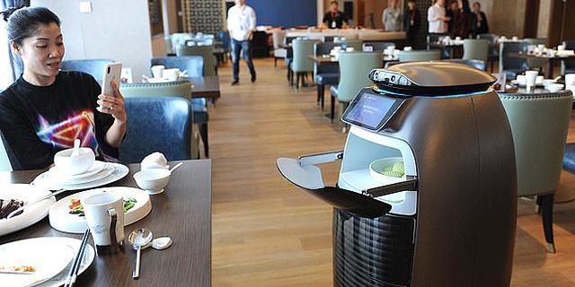 במלון של עליבאבא מלצרים רובוטיים מזהים את האורחים
