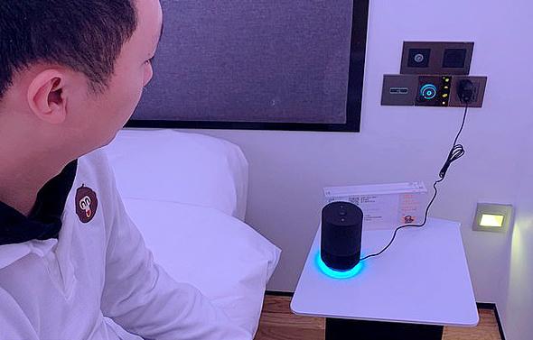טכנולוגיית קול בחדרים לוויסות טמפרטורה, הדלקה וכיבוי אורות, הזזת וילונות והזמנת שירות חדרים, צילום: רויטרס
