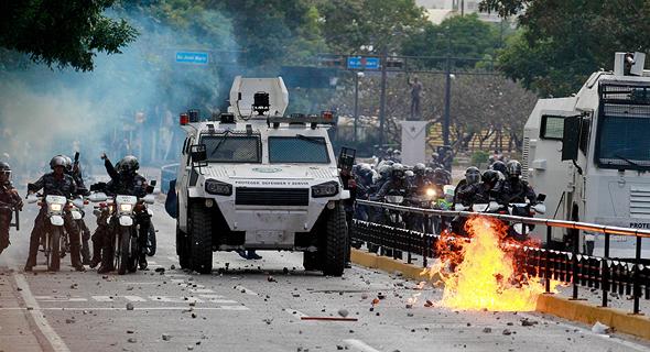 עימותים בין המפגינים והמשטרה המקומית בקרקאס , צילום: אי פי איי
