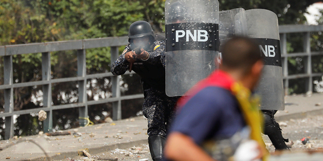 """26 הרוגים בוונצואלה, מדורו סוגר את השגרירות בארה""""ב"""