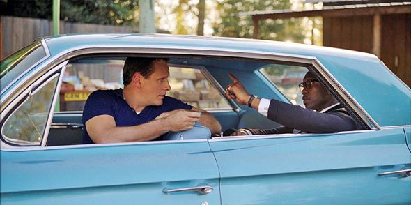 """עלי (מימין) ומורטנסן. מעין גרסה בהיפוך גזעי לסרט """"הנהג של מיס דייזי"""", שגרף את פרסי האוסקר 1989"""
