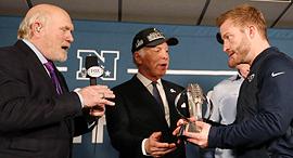 סטן קרונקי עם שון מקוויי הבעלים של לוס אנג'לס ראמס והמאמן של הקבוצה, צילום: רויטרס