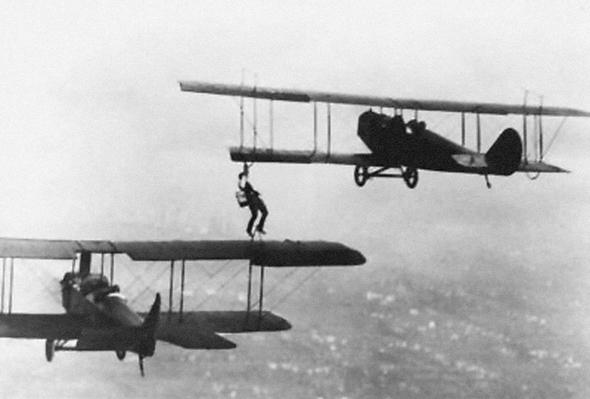 ווסלי מיי עובר מכנף לכנף עם מיכל דלק, צילום: historicwings
