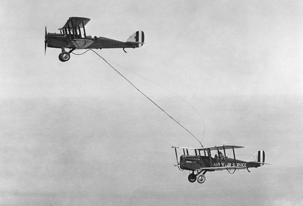 לוול סמית' וג'ון ריכטר מדגימים תדלוק אווירי במטוסי DH4