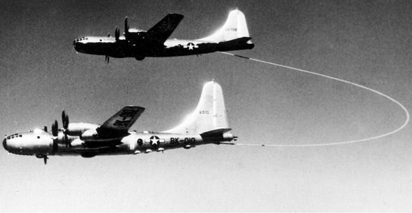 תדלוק של מטוס B29 אחד ממשנהו, במסגרת טיסה להקפת העולם, צילום: USAF