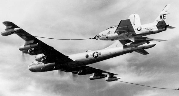 צינור עם סל, שמתחבר לדוקרן. מטוס KB50 מתדלק מטוס FJ4 פיורי, צילום: Wikipedia