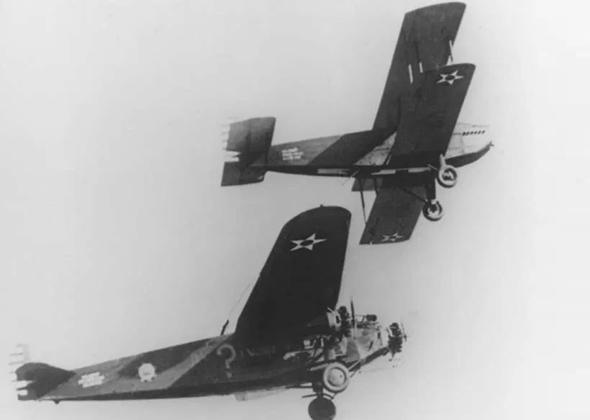 מטוסו של ספאץ מתודלק באוויר, צילום: USAF