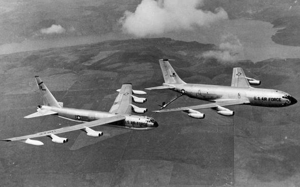 מפציץ B52 מתודלק באוויר. הנה, לא קל יותר ממנועים אטומיים?