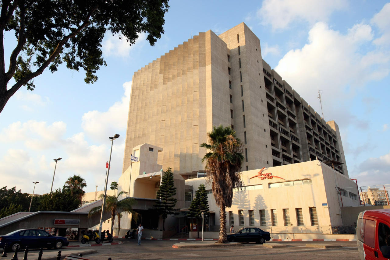 """בניין הדואר המרכזי לשעבר ברחוב ההגנה בת""""א, צילום: מיכאל קרמר"""