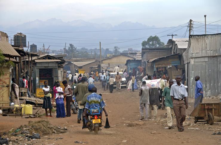 """פרברי קמפלה, אוגנדה. """"המהגרים מהכפר באים בלי כלום ומתיישבים באזורי ביצות נוראיים מסביב לעיר. אוגנדה מלאה בסלאמס כאלה"""", צילום: שאטרסטוק"""