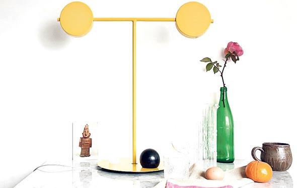 מנורת שולחן צהובה של המעצב האוסטרלי סב בראון. שלכם ושלכן תמורת 850 דולר אוסטרלי שהם כ-2,200 שקל