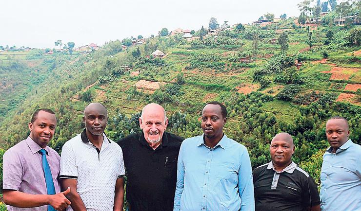 """צמיר עם חברי צוות התכנון המקומיים ברואנדה. """"הם רואים בישראל מודל חיקוי לחדשנות"""""""