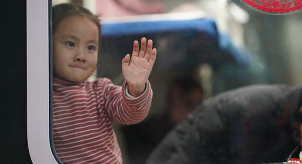 ילדי דב ברכבת בסין , צילום: גטי