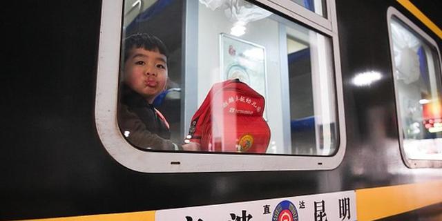 """""""ילדי הדב"""" מטילים אימה על נוסעי הרכבות בסין"""