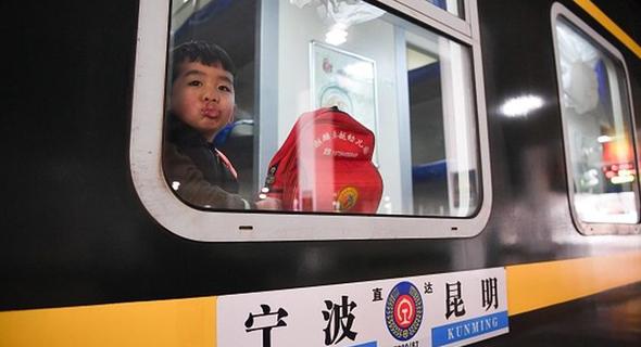 ילד דב נוסע ברכבת בסין, צילום: China News Service