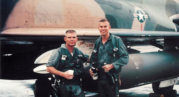 קפטן ג'ון פארדו (משמאל) והנווט שלו, סגן סטיב ווין