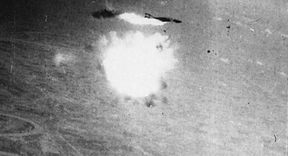 """מטוס פאנטום אמריקאי נפגע מטיל נ""""מ שהתפוצץ בסמוך, צילום: USAF"""