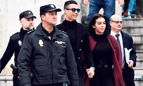 """כריסטיאנו רונלדו בבית המשפט. הסתבך עם רשויות המס הספרדיות ורשויות החוק בארה""""ב בגלל חשיפות של פוטבול ליקס"""