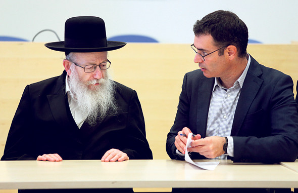 """מימין: מנכ""""ל משרד הבריאות משה בר סימן טוב וסגן השר יעקב ליצמן, צילום: אלכס קולומויסקי"""