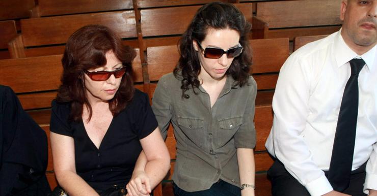 """הילה ושרה קרפ, בתו ואלמנתו של אריק קרפ, בבית המשפט בת""""א ב־2011. """"התעקשנו שיעמידו לדין גם את מי שעמדו מנגד ולא סייעו לקרפ"""""""