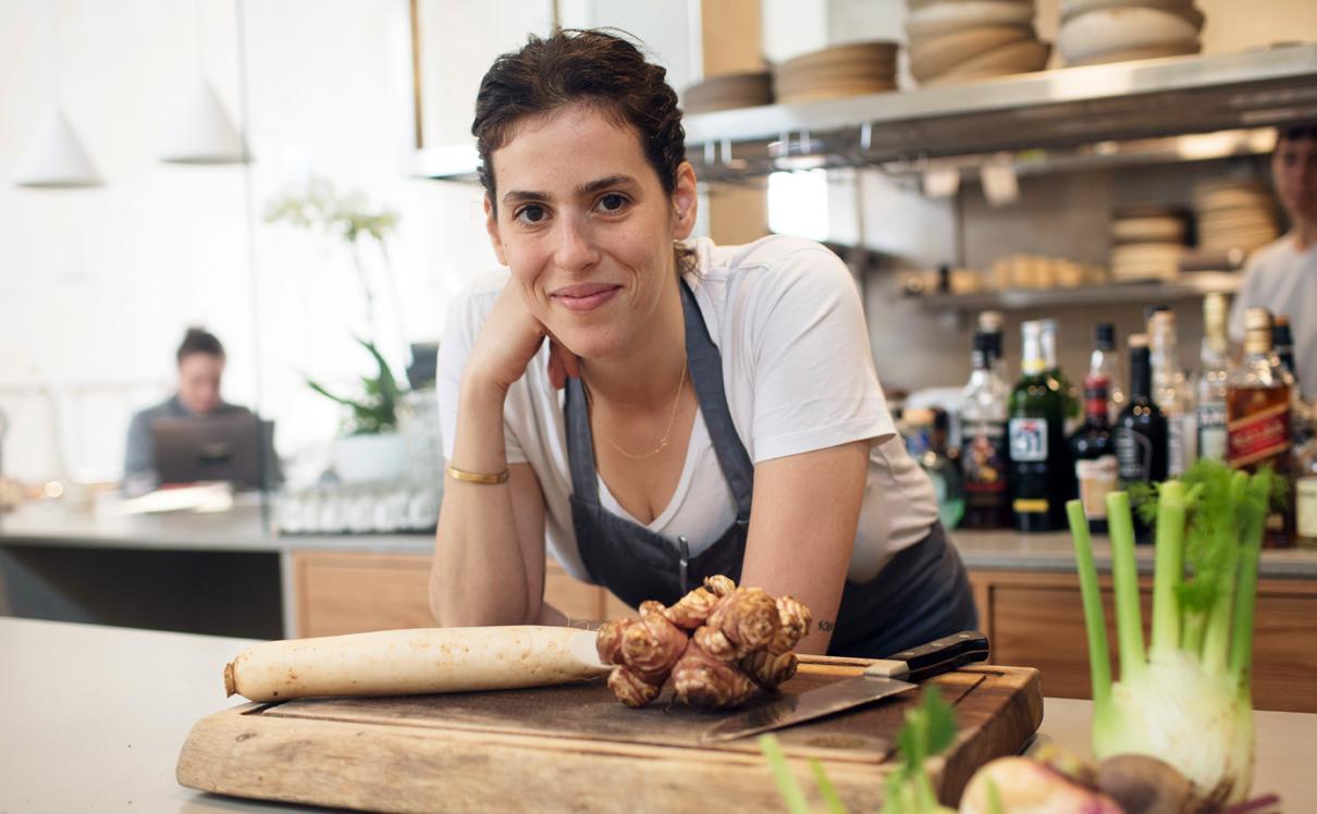 """ברגר במטבח של OPA. """"בהתחלה טבעונות נראתה לי שטות, עד שקלטתי שבישול טבעוני דורש יצירתיות משוגעת"""", צילום: תומי הרפז"""