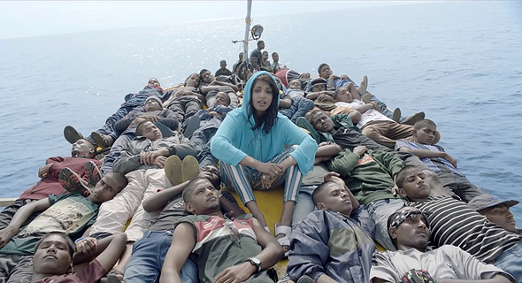 """מ.י.ה בקליפ של """"Borders"""". מחאה למען פליטים שקיבלה חסות מאפל , צילום: Youtube"""