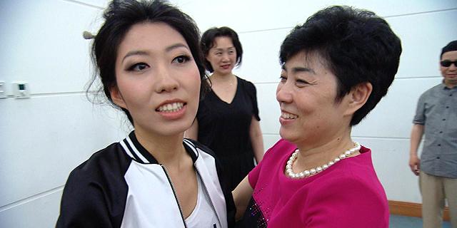 כוכבת הפופ הסינית וואנטינג צ'ו עם אמה, צילום: CTV