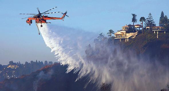 מסוק כיבוי מכבה שריפה בקליפורניה, צילום: בלומברג