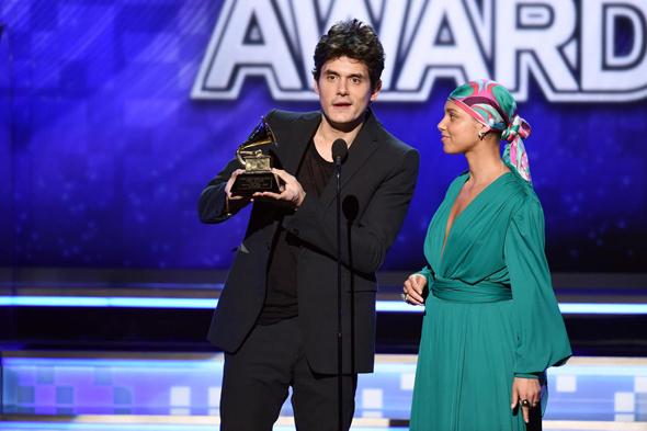 אלישה קיז מקבלת את הפרס בשמו של גמבינו שהבריז, שלשום בלוס אנג
