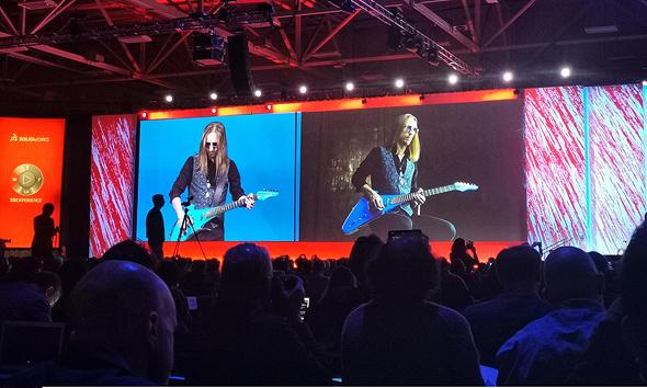 הגיטרה של לאבה דרופס בפעולה
