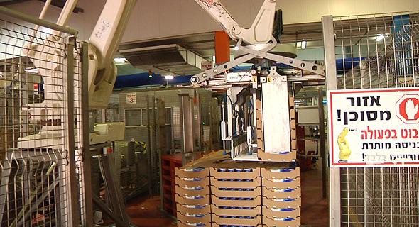 רובוט במפעל שטראוס, צילום: טל אזולאי