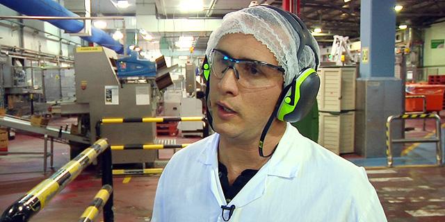 עמרי פינסקי, מנהל ייצור במחלבת שטראוס, צילום: טל אזולאי