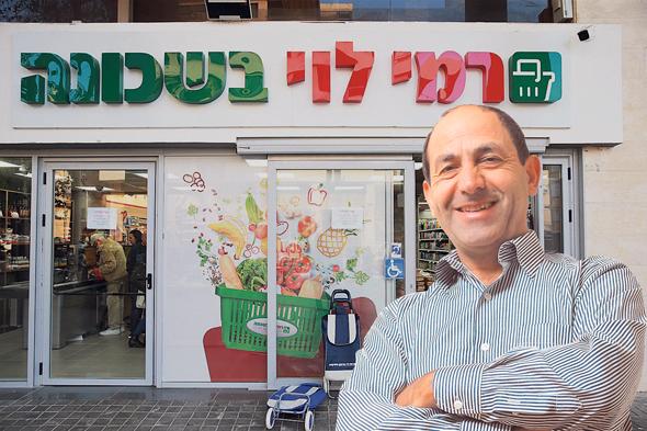 רמי לוי על רקע סניף רמי לוי בשכונה. אובדן סחורה והכנסות, צילום: אוראל כהן