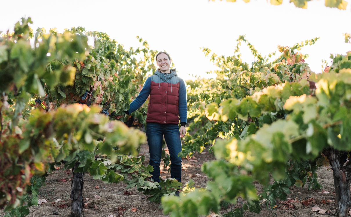 """הייננית מרתה סטומן בכרם אורגני. """"לוקחים ענבים, מועכים, ויש יין"""", צילום: Andrew Thomas Lee"""