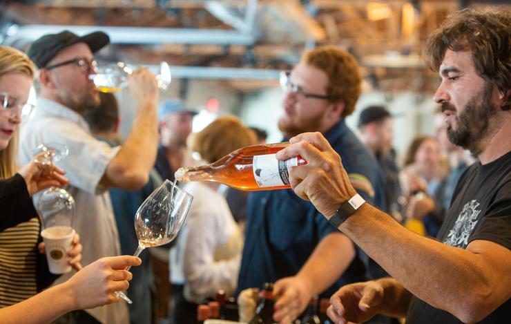 תערוכת Raw Wine בלוס אנג'לס. מסעדות יוקרה וברים כבר מפתחים התמחות ביינות טבעיים