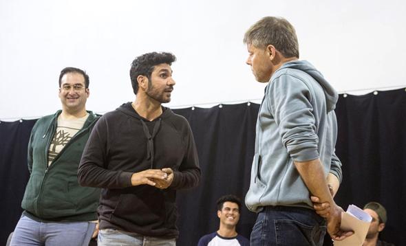 קוריאט (משמאל) ואמנון וולף בחזרות להצגה. הנכד של סרג'יו קונסטנזה מבקש לחזור אחורה בזמן