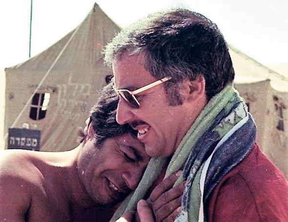 פולי (מימין) ושייקה על סט הסרט, 1976