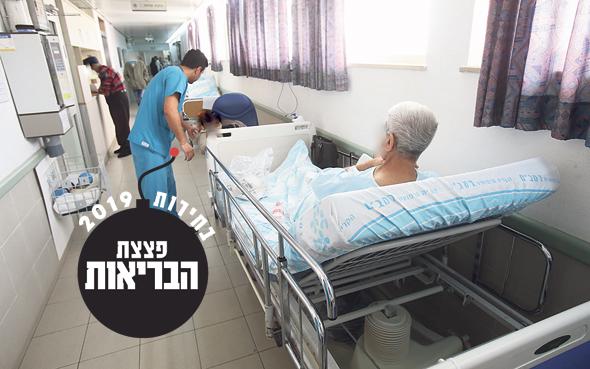 """מחלקה פנימית בבית חולים רמב""""ם בחיפה בינואר. כל ישראלי עשירי טופל במסדרון"""