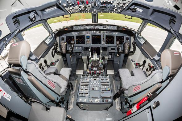 קוקפיט של בואינג 737. שימו לב למיקום וצורת ההגאים