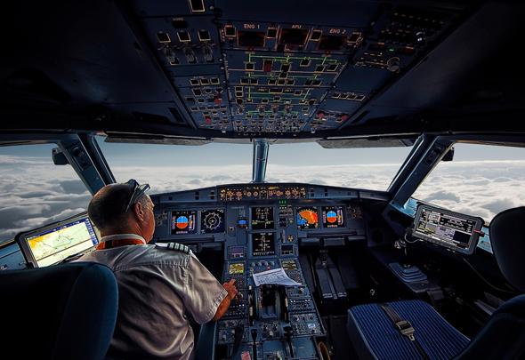 קוקפיט איירבוס A320. שימו לב לסטיק שנמצא לצד אנשי הצוות ולא מולם