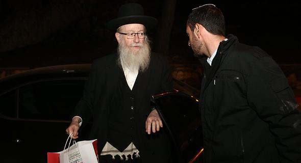 סגן שר הבריאות יעקב ליצמן מחוץ לביתו, צילום: אוהד צויגנברג