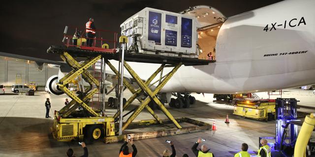 """החללית """"בראשית"""" מוטענת על מטוס, בדרכה לארה""""ב, צילום: IAI"""