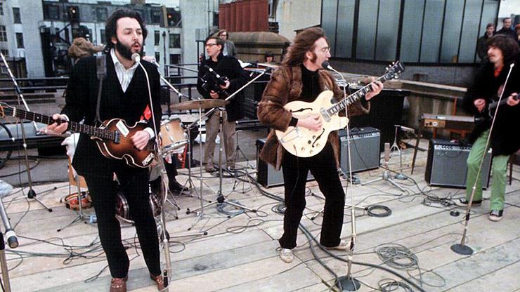 """הביטלס בהופעה ההיסטורית על גג בניין חברת התקליטים, 1969. ג'קסון יחיה 55 שעות שנגנזו מצילומי """"Let It Be"""""""