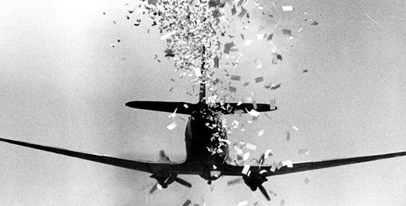 מטוס מטען מפזר עלונים