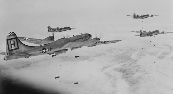 מפציצי B29 מטילים פצצותיהם על מטרות בצפ' קוריאה