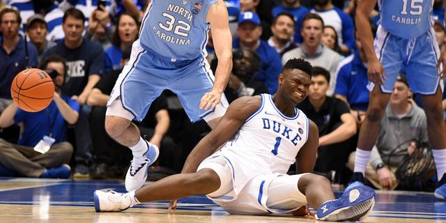 צרות לנייקי: הנעל נקרעה וכוכב הכדורסל הענק נפצע וירד מהמגרש