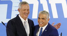 בני גנץ יאיר לפיד בהצהרת האיחוד מפלגת כחול לבן, צילום: איי אף פי