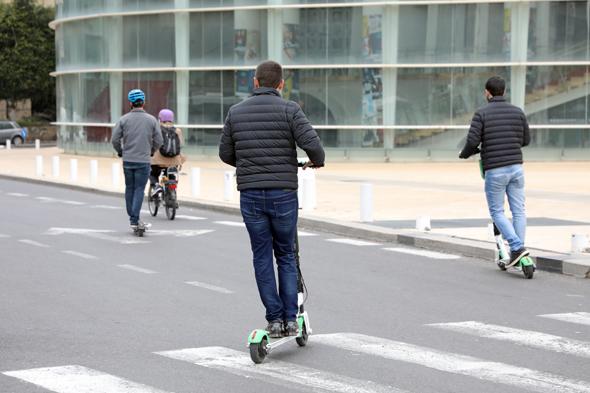 Shares e-scooter users in Tel Aviv. Photo: Dana Koppel