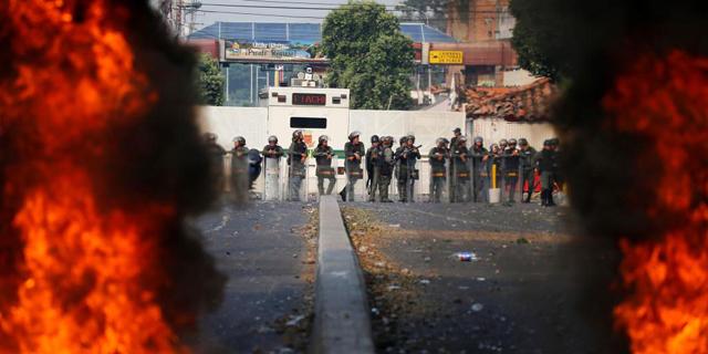 מדורו סוגר את ונצואלה: הרוגים בגבול, חיילים ערקו