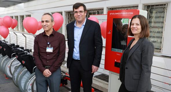 """מימין: יעל דרומי, משנה למנכ""""ל בנק הפועלים, ישראל קסירר הבעלים של מיזם Wheelshare ופרופ"""